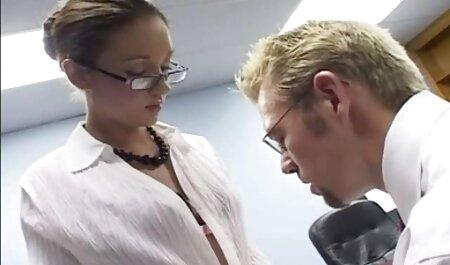 Una chica joven, rubia, hermosa veteranas penetradas prepararse para una reunión con un chico y darle servicios sexuales