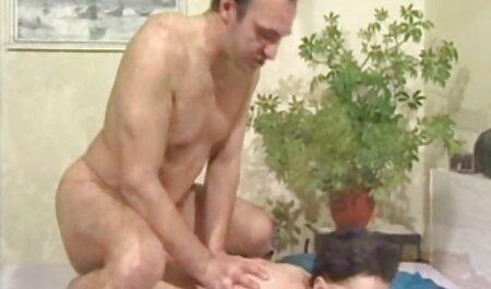 Dos jóvenes novia finalmente con una línea cogiendo veteranas de orgasmo mientras folla caliente con un fuerte