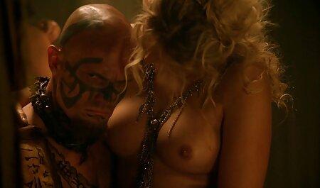 Dos jóvenes videos caseros maduras xxx novia besándose en la cama con fotos de desnudos en una fila