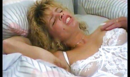 Estrella porno madura sacudidas una polla con sus videos veteranas calientes manos y se sentó en ella con su coño