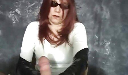 Una chica con formas apetitosas entusiasmo, masajeando cogiendo veteranas su coño mojado con sus dedos