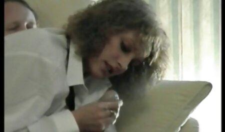 El coño de una joven video de veteranas checa puta es follada por un vibrador delante de un agente porno
