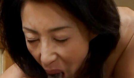 Tetona chica en un sexy bikini culiando veteranas rojo poner su boca en un chico de pie polla