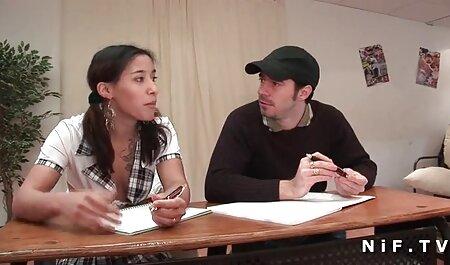 Una joven modelo porno es su boca veteranascogiendo hasta el pene de un hombre negro y lo chupa ávidamente con deseo