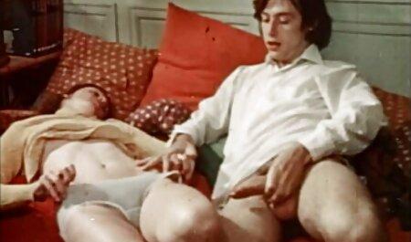 Big-tit Rubia pasión masaje una polla de pie en veteranas cogedoras las manos y los labios