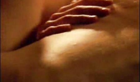 Dos jóvenes y jugosas lesbianas masaje video de veteranas coños y frotar clítoris
