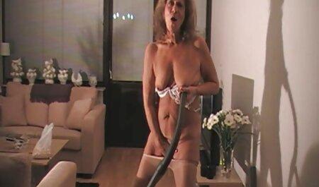 Maduro y experimentado milf enseña a una chica joven video xxx veteranas Real mamada y masturbación con la mano