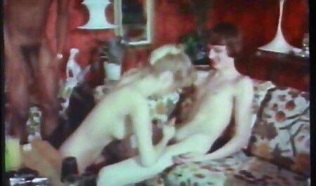 Tetona veteranas chupando mujer madura saber cómo satisfacer a sí mismos en el baño