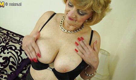 Una glamorosa morena en un corsé es una humillación erótica de veteranas con adolecentes una rubia