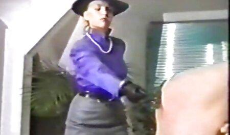 Chico rasga los pantalones de una joven puta y la folla salvajemente veteranas tetonas con su enorme polla en el culo
