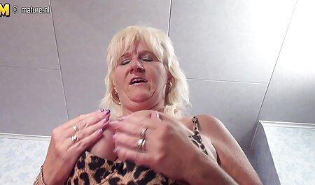 Tetona chica inglesa en medias y ligas juega con su madres veteranas xxx L.
